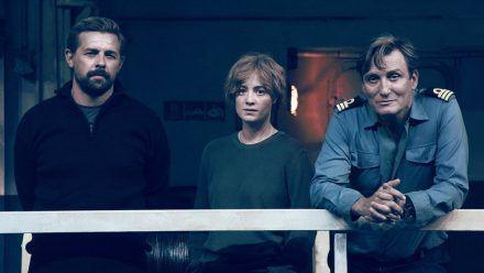 """Roscovitz (Klaas Heufer-Umlauf, l.), Charlie Wagner (Leonie Benesch) und Alban (Oliver Masucci, r.) in """"Der Schwarm"""". (jom/spot)"""