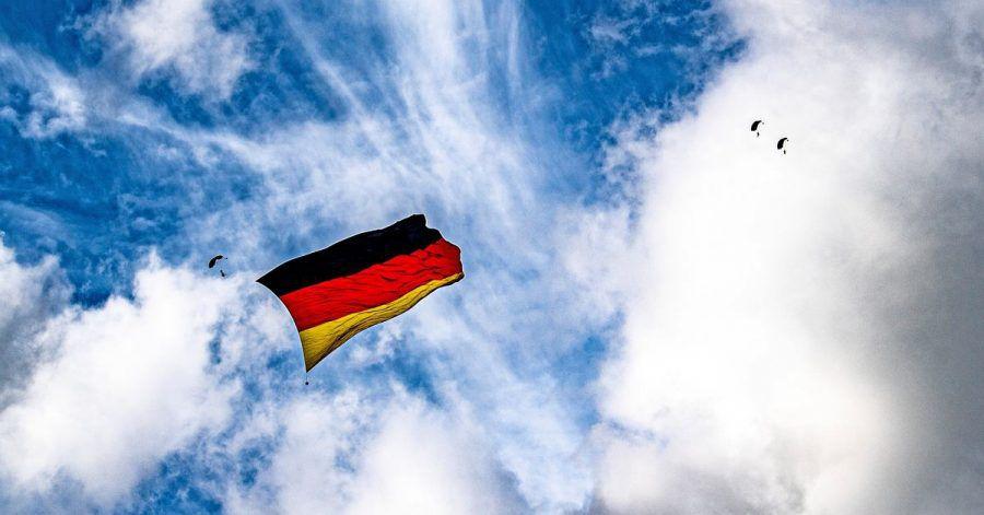 Über dem Flughafen Paderborn-Lippstadt hissen sieben Fallschirmspringer eine Flagge, die so groß ist wie niemals zuvor bei einem Sprung.