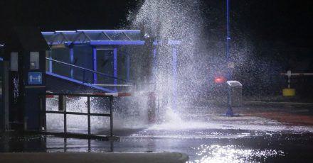 Die Gischt der Nordsee spritzt in der Nacht auf die zum Teil überflutete Mole des Fähranlegers in Dagebüll.