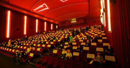 """Gäste sitzen im Saal während des 29. Hamburger Filmfests, das mit der Aufführung des Films """"Große Freiheit"""" eröffnet wird."""
