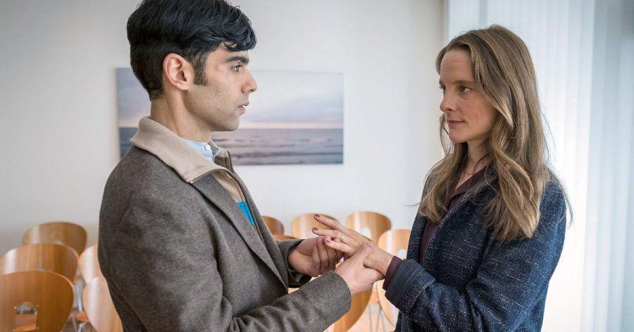 """Baran (Ogulcan Arman Uslu) und Marion (Anne Ratte-Polle) in einer Szene des Films «Es gilt das gesprochene Wort""""."""