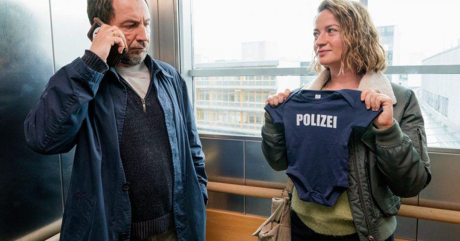 Theresa Wolff (Nina Gummich) begleitet Hauptkommissar Robert Brückner (Thorsten Merten) zur Geburt seines Kindes.