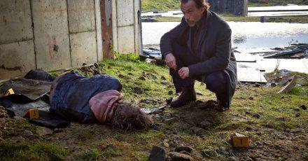Polizeichef Caleb Hale (Lucas Gregorowicz) am Fundort einer weiteren Mädchenleiche.