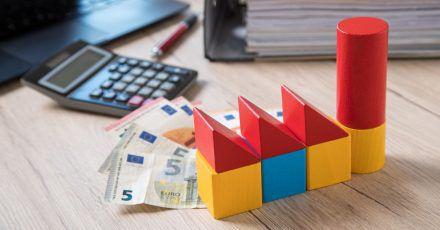 Die Zinsen für Immobilienkredite und die Preise für Häuser steigen, bei der Baufinanzierung sollten Käufer und Bauherren also genau planen.