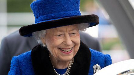 Die Queen ist im Video-Call recht amused. (smi/spot)