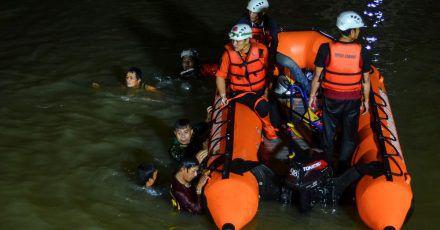 Retter suchen nach Opfern, die in einem Fluss in Ciamis ertrunken sind.