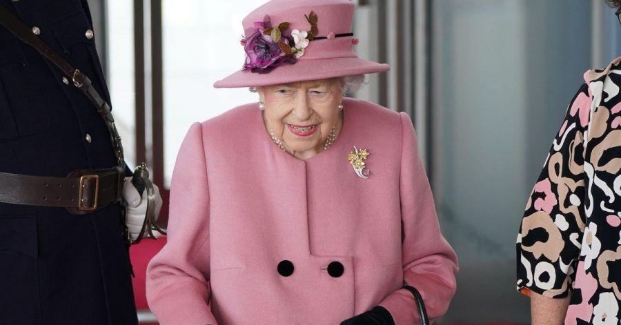 Die britische Königin Elizabeth II. (M) kommt zur Eröffnungszeremonie des walisischen Parlaments.