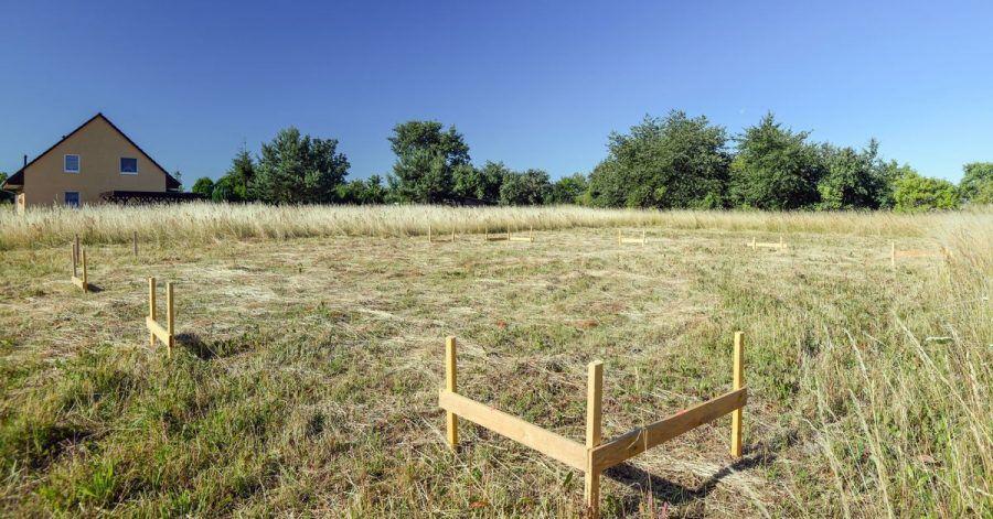 Vor dem Grundstückskauf, spätestens aber vor den Baumaßnahmen, sollte ein Bodengutachten gemacht werden. Manchmal gibt es auch in der Umgebung Hinweise zu dem Untergrund.