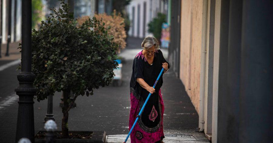 Nach dem Vulkanausbruch hat Aschenregen die Straßen in einigen Gebieten der Insel schwarz gefärbt.