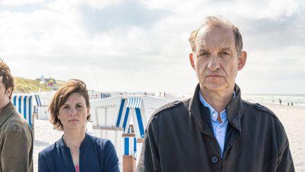 """""""Nord Nord Mord: Sievers und der schwarze Engel"""": Die Ermittler Ina Behrendsen (Julia Brendler) und Carl Sievers (Peter Heinrich Brix). (cg/spot)"""