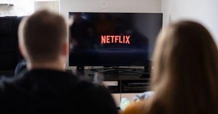 Immer mehr Haushalte in Deutschland schauen Fernsehen über das Internet.