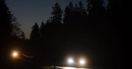 Zappenduster: Damit Autofahrer in der dunklen Jahreszeit sicher ankommen, sollten sie die Lichtanlage regelmäßig checken lassen.
