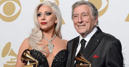 Lady Gaga und Tony Bennett zeigen ihre Awards für das «Beste traditionelle Pop-Vocal-Album» bei den 57. Grammy Awards im Staples Center.