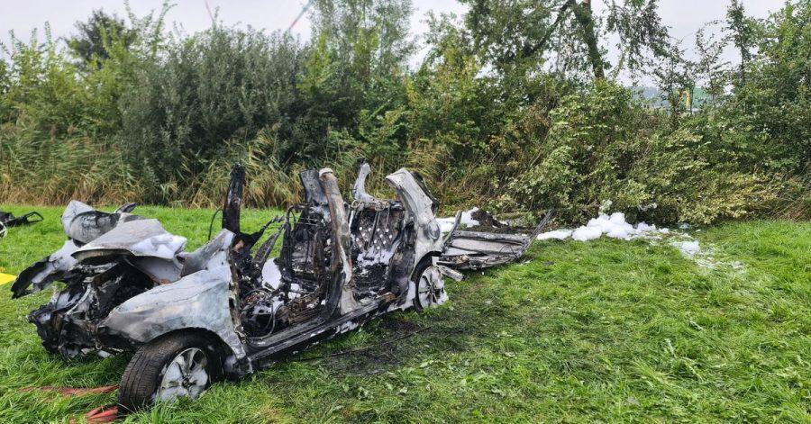 Das ausgebrannte Wrack des Wagens, in dem drei junge Menschen ihr Leben verloren.