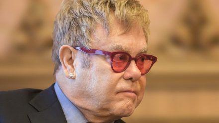 Elton John muss sich von einer Operation erholen. (jom/spot)