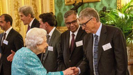 Queen Elizabeth II. begrüßt Bill Gates auf Schloss Windsor. (dr/spot)