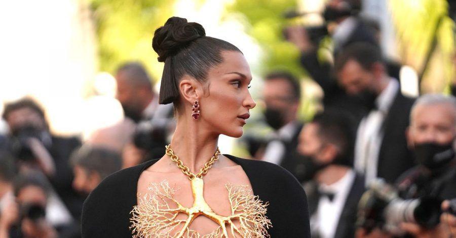 Mit einer goldenen Halskette im Lungen-Look sorgte Bella Hadid beim Filmfestival in Cannes für Aufsehen.