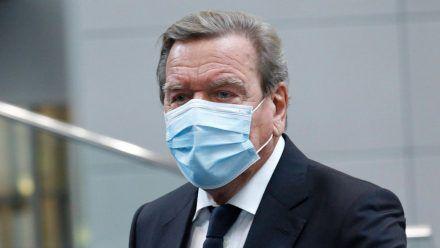 Altkanzler Gerhard Schröder hat inzwischen seine Booster-Impfung erhalten. (wue/spot)
