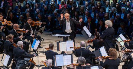 Die Münchner Philharmoniker spielen unter der Leitung von Dirigent Valery Gergiev zur Eröffnung der Isarphilharmonie im Orchestersaal.