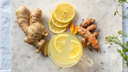 Ingwer und Zitrone helfen verlässlich bei Erkältungssymptomen. (mia/spot)