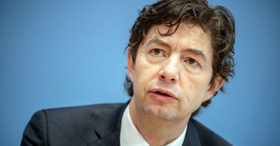 Christian Drosten, Direktor Institut für Virologie der Charité Berlin, bei einer Pressekonferenz. In der Debatte um die Impfquote in Deutschland nimmt der Virologe das Robert Koch-Institut (RKI) in Schutz.