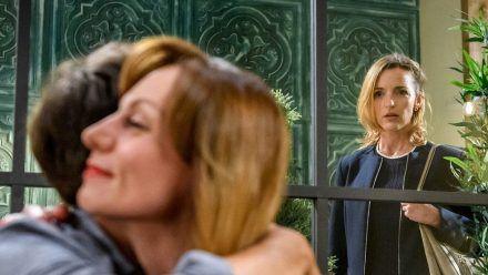 """Sturm der Liebe"": Lia (r.) beobachtet, wie Ariane versucht, Robert zu trösten. (cg/spot)"