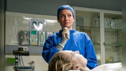 """""""Theresa Wolff: Home Sweet Home"""": Theresa Wolff (Nina Gummich) führt mit der toten Vera Köhler (Antje Rau) ein Zwiegespräch, ehe sie mit der Obduktion beginnt. (cg/spot)"""
