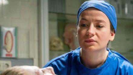 Theresa Wolff (Nina Gummich) führt mit der toten Vera Köhler (Antje Rau) ein Zwiegespräch, ehe sie mit der Obduktion beginnt. (ili/spot)