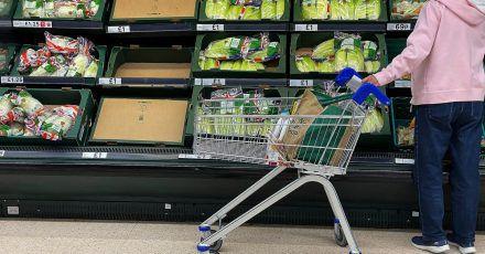 Teilweise leere Regalen in einem Supermarkt,in London. Corona und Brexit haben die Lieferketten auf den Kopf gestellt.