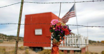 In Gedenken an die verstorbene Kamerafrau: Ein Blumenstrauß hängt vor der Bonanza Creek Film Ranch.