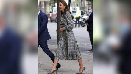 Herzogin Kate fühlt sich in ihrem Zara-Kleid sichtlich wohl. (eee/spot)