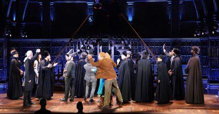 Schauspieler Alen Hodzovic (3.v.l) als Draco Malfoy sowie Schauspieler Markus Schöttl (hinten oben l) als Harry Potter und Schauspielerin Jillian Anthony (hinten oben r) als Hermine Granger spielen eine Szene aus «Harry Potter und das verwunschene Kind» auf der Bühne im Mehr! Theater am Großmarkt.