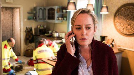 """""""Bring mich nach Hause"""": Ulrike (Silke Bodenbender) hat ihre Mutter Martina blutend und bewusstlos in der Küche vorgefunden. (cg/spot)"""