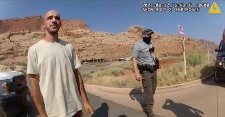 Dieses Archivfoto vom 12. August 2021 aus einem von der Polizei von Moab, Utah, zur Verfügung gestellten Video zeigt Brian Laundrie im Gespräch mit einem Polizeibeamten.