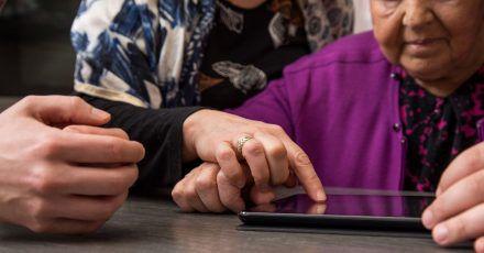 Viele Ältere würden sich in die digitale Welt vorwagen, wenn sie dabei auf Unterstützung vertrauen können.