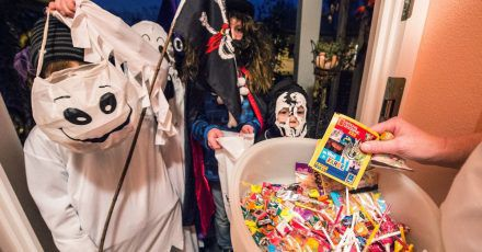 Am besten abgepackt: Zu Halloween ziehen viele Kinder von Haustür zu Haustür und freuen sich über süße Sachen.