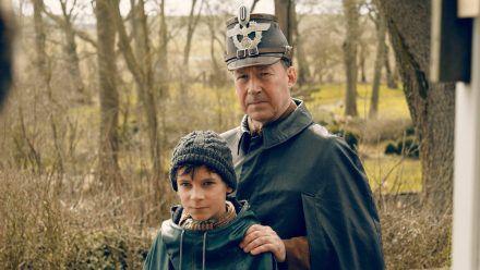 """""""Deutschstunde"""": Jens Ole Jepsen (Ulrich Noethen, r.) und sein Sohn Siggi (Levi Eisenbla?tter) (cg/spot)"""