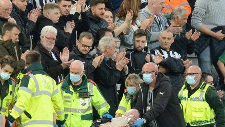Lebensretter! Zehntausende englische Fußballfans feiern Arzt aus Newcastle