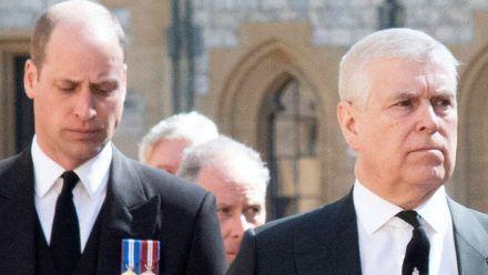 Prinz William (li.) und Prinz Andrew bei der Beerdigung von Prinz Philip. (jom/spot)