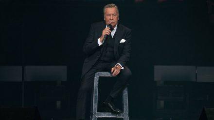 Roland Kaiser, hier während eines Auftritts, erinnert sich an seine Lungentransplantation zurück. (mia/spot)