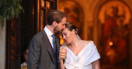 Prinz Philippos von Griechenland und seine Frau Nina Flohr verlassen die orthodoxe Kathedrale von Athen nach ihrer Trauung.