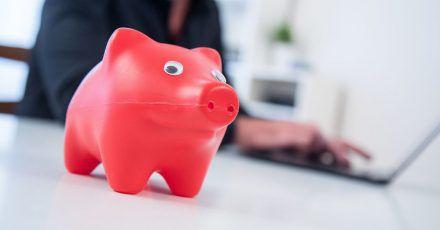 Damit das Ersparte sich langfristig vermehrt, rät ein Finanzexperte zur Geldanlage in Wertpapiere.