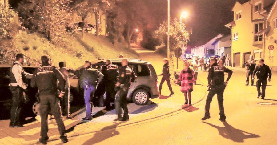Etwa 20 Menschen waren an der Auseinandersetzung in Sinsheim beteiligt - die Polizei musste mit einem starken Aufgebot anrücken.
