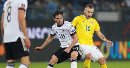 Deutschlands Jonas Hofmann und Rumäniens Alexandru Maxim kämpfen um den Ball.