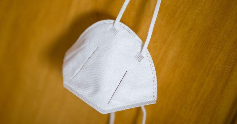 Eine FFP2-Maske an einemHaken.