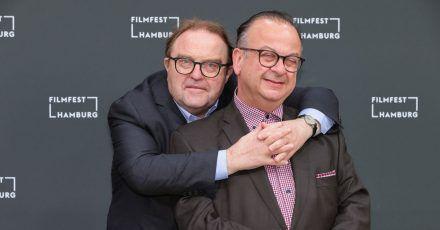 Der Schauspieler Gustav Peter Wöhler (l) und der Festivalleiter Albert Wiederspiel beim 29. Hamburger Filmfest.