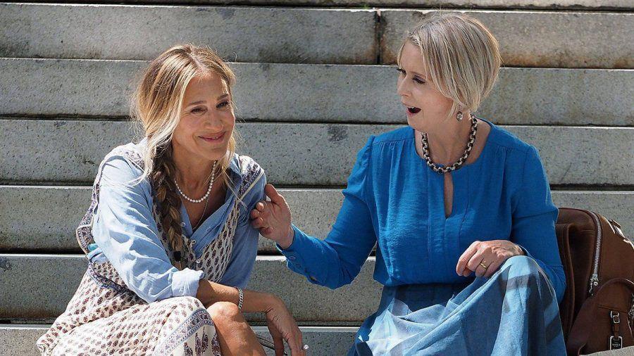 """Sarah Jessica Parker (li.) und Cynthia Nixon bei den Dreharbeiten von """"And Just Like That..."""" (eee/spot)"""