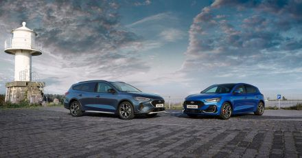 Der Focus im Fokus: Ford hat seinen Kompaktwagen modellgepflegt und bietet im Kombi und Schrägheck (r.) bald verschiedene Neuerungen an.