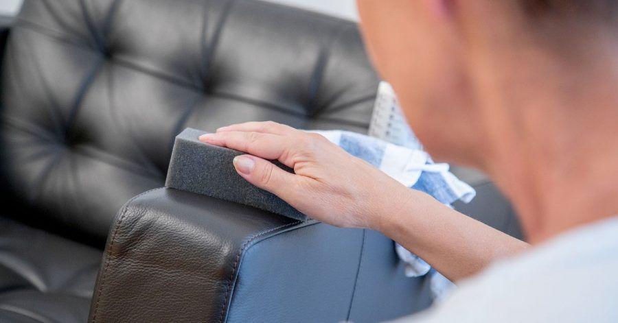 Glatte Lederoberflächen sollte man leicht feucht reinigen. Pflegemittel halten das Leder anschließend geschmeidig.