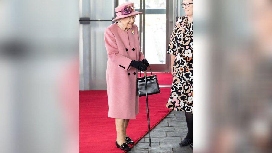 Queen Elizabeth II. kam zur Eröffnungszeremonie des walisischen Parlaments mit Gehstock. (jom/spot)